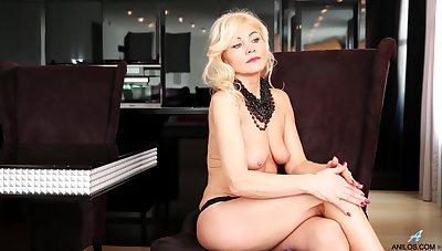 Mature blonde shakes them naturals while posing hot