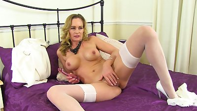Mature rubs pussy in excellent solo tryout