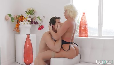 Curvy mature tries a bit of naughty hardcore fun with the carry on lass